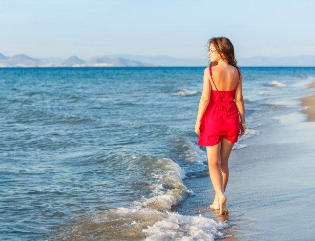 solteira-mulher-praia-sozinha-mar-caminhar-1345049488110_615x470 - Artrite  Reumatoide