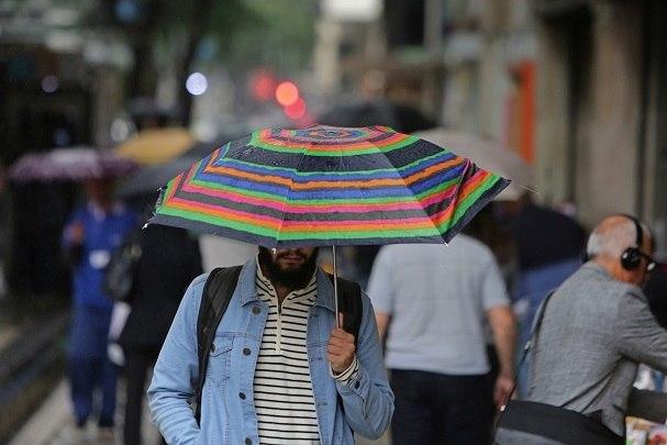 O tempo mudou. Estamos no verão, mas a temperatura caiu em São Paulo. Nesta sexta-feira (16), a mínima chegou a 19º C. Os dias estão mais úmidos e devem continuar assim no fim de semana. Para muitas pessoas, junto com as nuvens vem uma dorzinha chata nas articulações. Tem quem reclame de dor no joelho, nos ombros, nos pulsos, nos dedos... Mas será que existe uma explicação científica para isso? Ou a dor é psicológica e não passa de uma crendice popular?